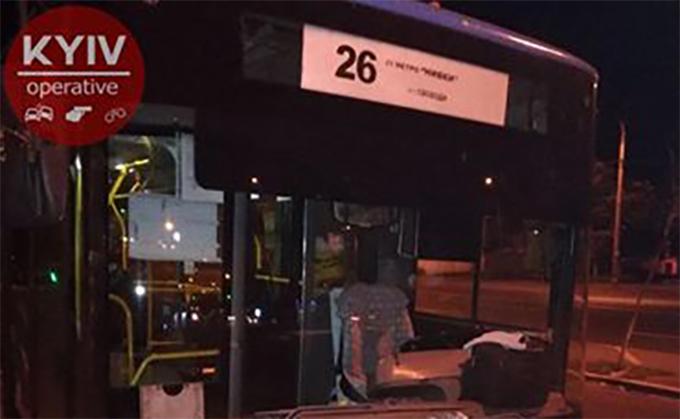 На Подоле неизвестные расстреляли троллейбус