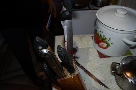 Родные братья решили выяснить отношения с помощью ножей