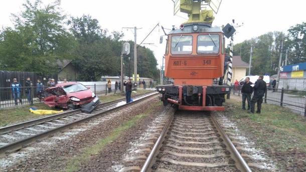Под Киевом поезд сбил легковой автомобиль