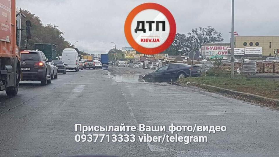 В Киеве американский автомобиль утонул в луже