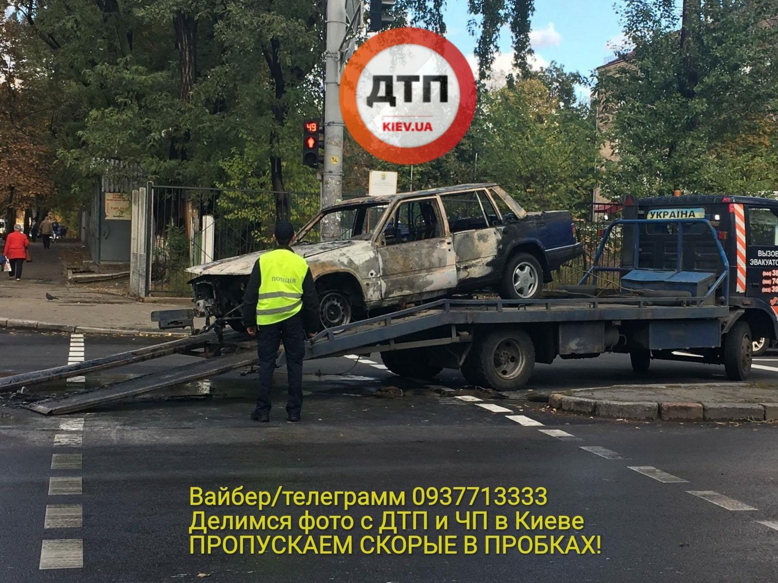 В Киеве посреди улицы взорвалось и сгорело авто