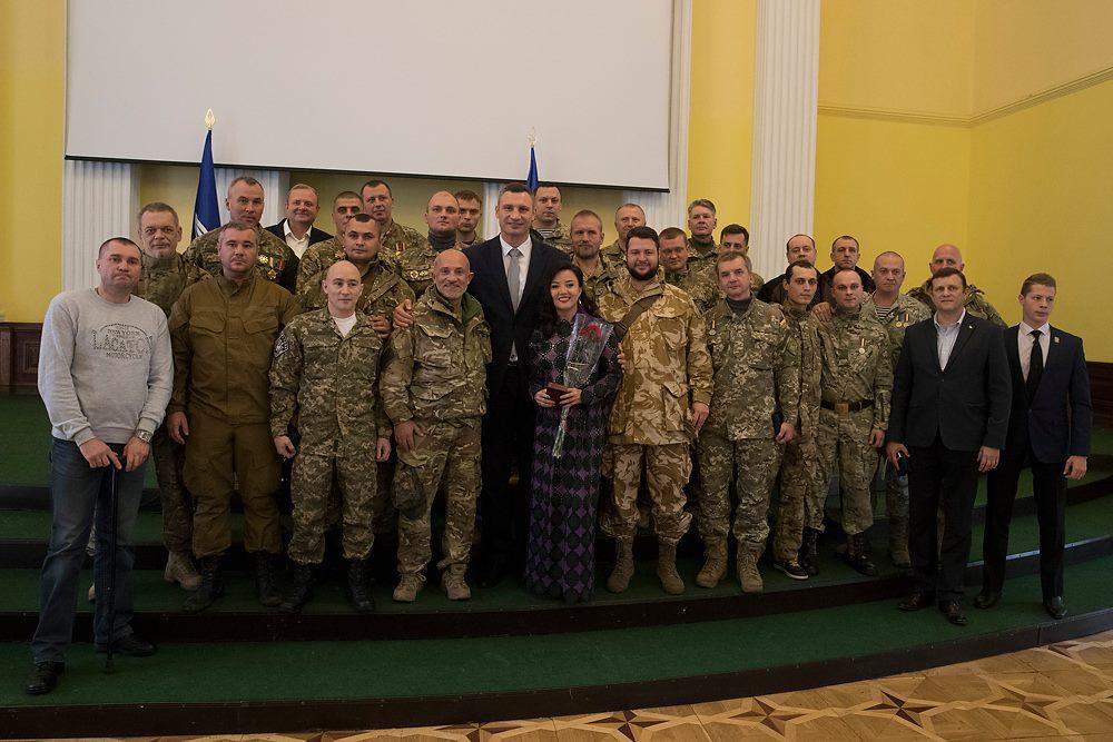 Кличко вручил квартиры участникам АТО ко Дню защитника Украины