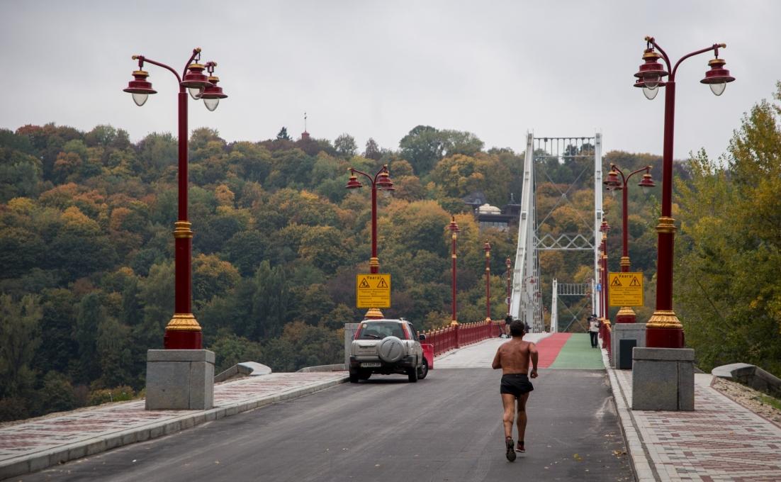 Дмитрий Давтян проинспектировал ремонт Пешеходного моста в Киеве