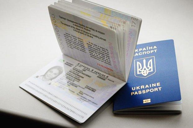 """На Киевщине чиновник за деньги """"ускорил"""" оформление и получение биопаспартов"""