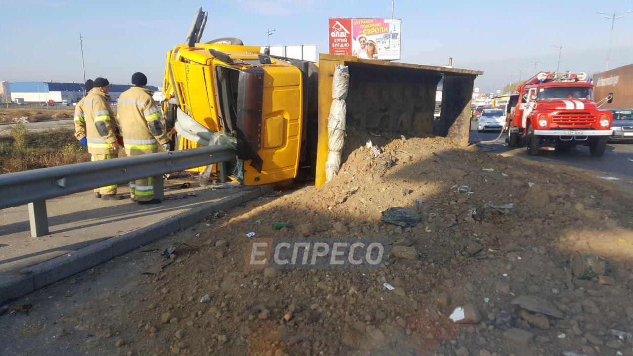 На Окружной дороге столкнулись грузовик и маршрутка