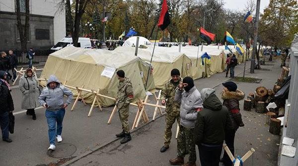 Палатки возле ВР превратились в притон – политолог