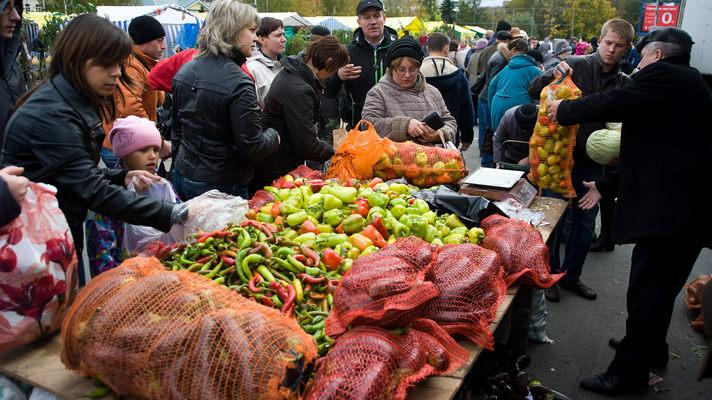 На ярмарках Киева обманывают покупателей и торгуют просроченным мясом