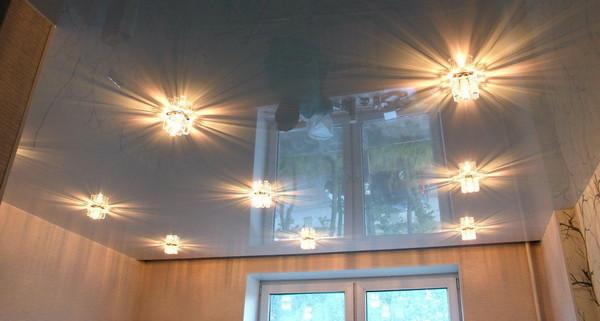 Выбор системы освещения для натяжного потолка: основные рекомендации