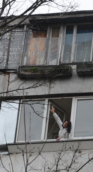 Чудом спаслись: киевлянка налету поймала соседа, выпавшего из окна