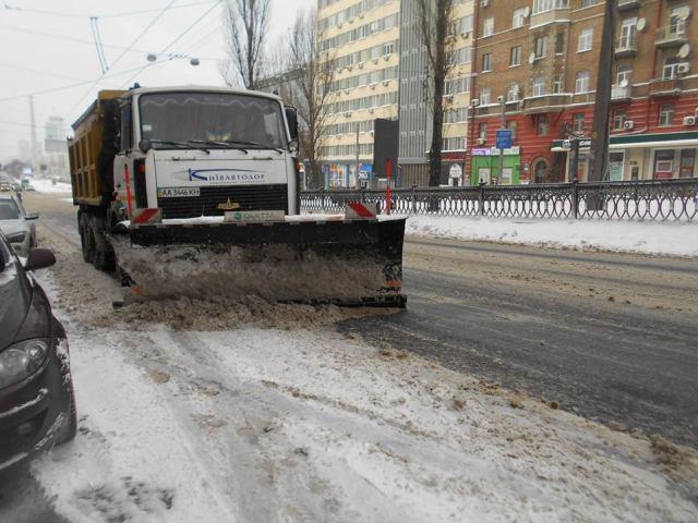"""В """"Киевавтодоре"""" рассказали о превентивной борьбе с мокрым снегом"""