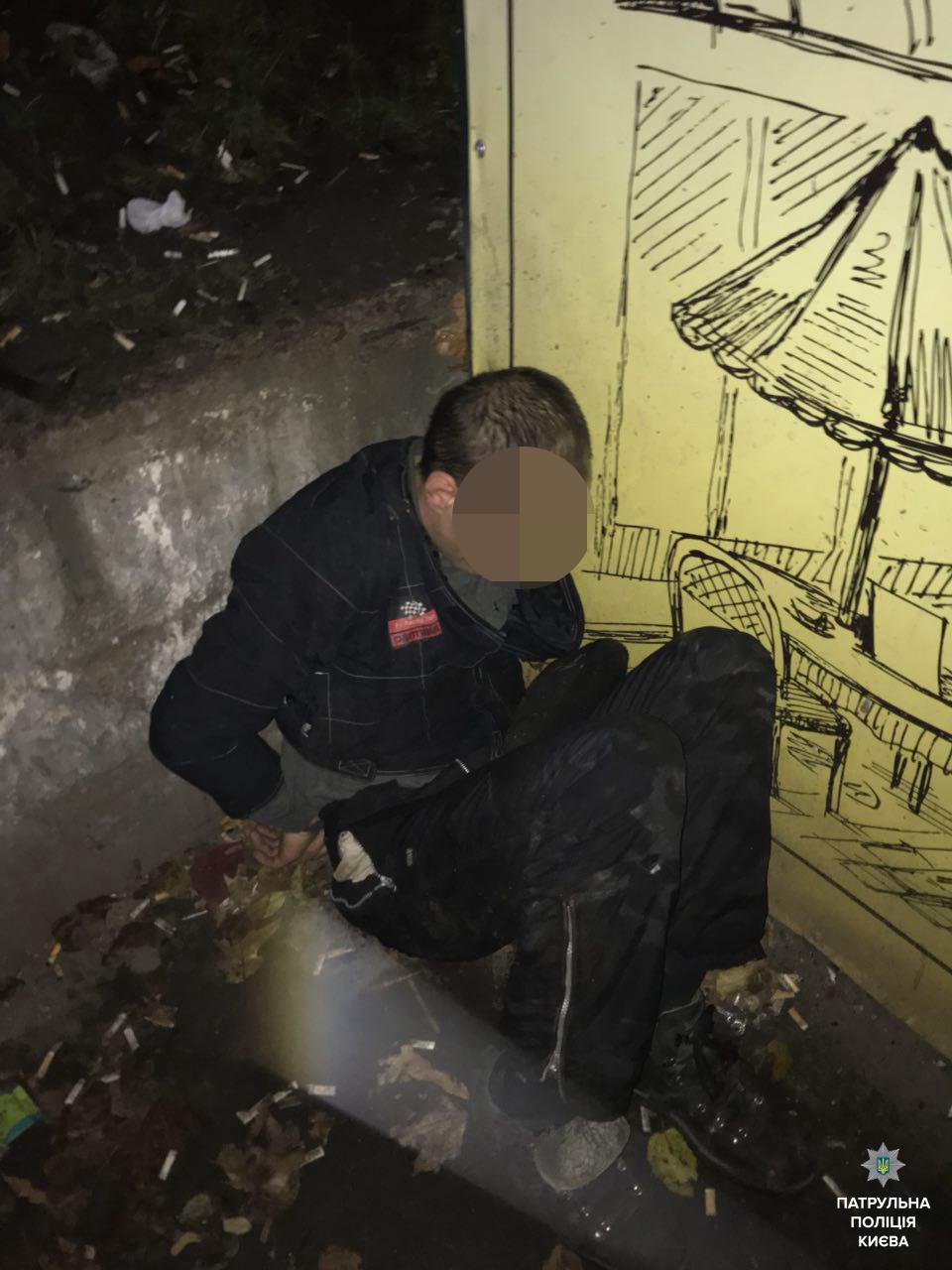 """В Киеве грабитель, убегая от полиции, избежал """"свидания"""" с авто и трамваем"""