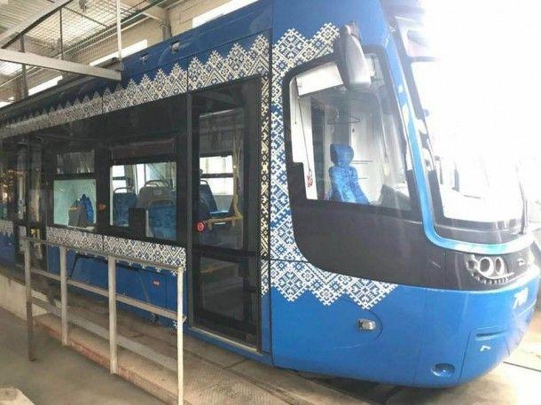 """Хулиган """"изобрел"""" новую систему кондиционирования в киевском трамвае"""