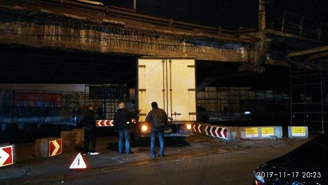 В Киеве под Шулявским мостом застрял грузовик