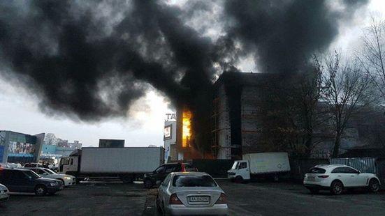"""Киевские спасатели потушили пожар в недострое возле """"Агромата"""""""