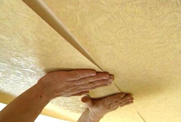 Нюансы при наклеивании обоев на потолок