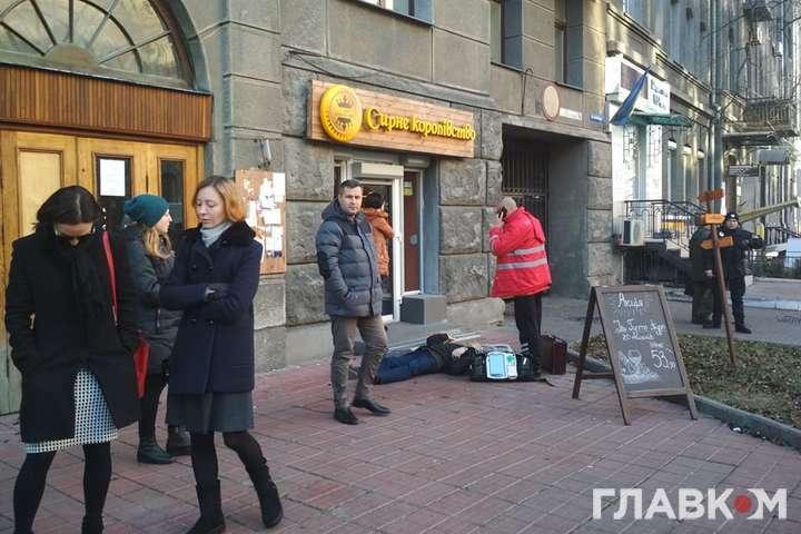 Возле Нацбанка в Киеве неожиданно умер пожилой мужчина