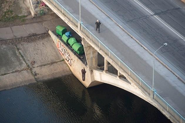 Киевского самоубийцу на мосту скинули в воду - СМИ