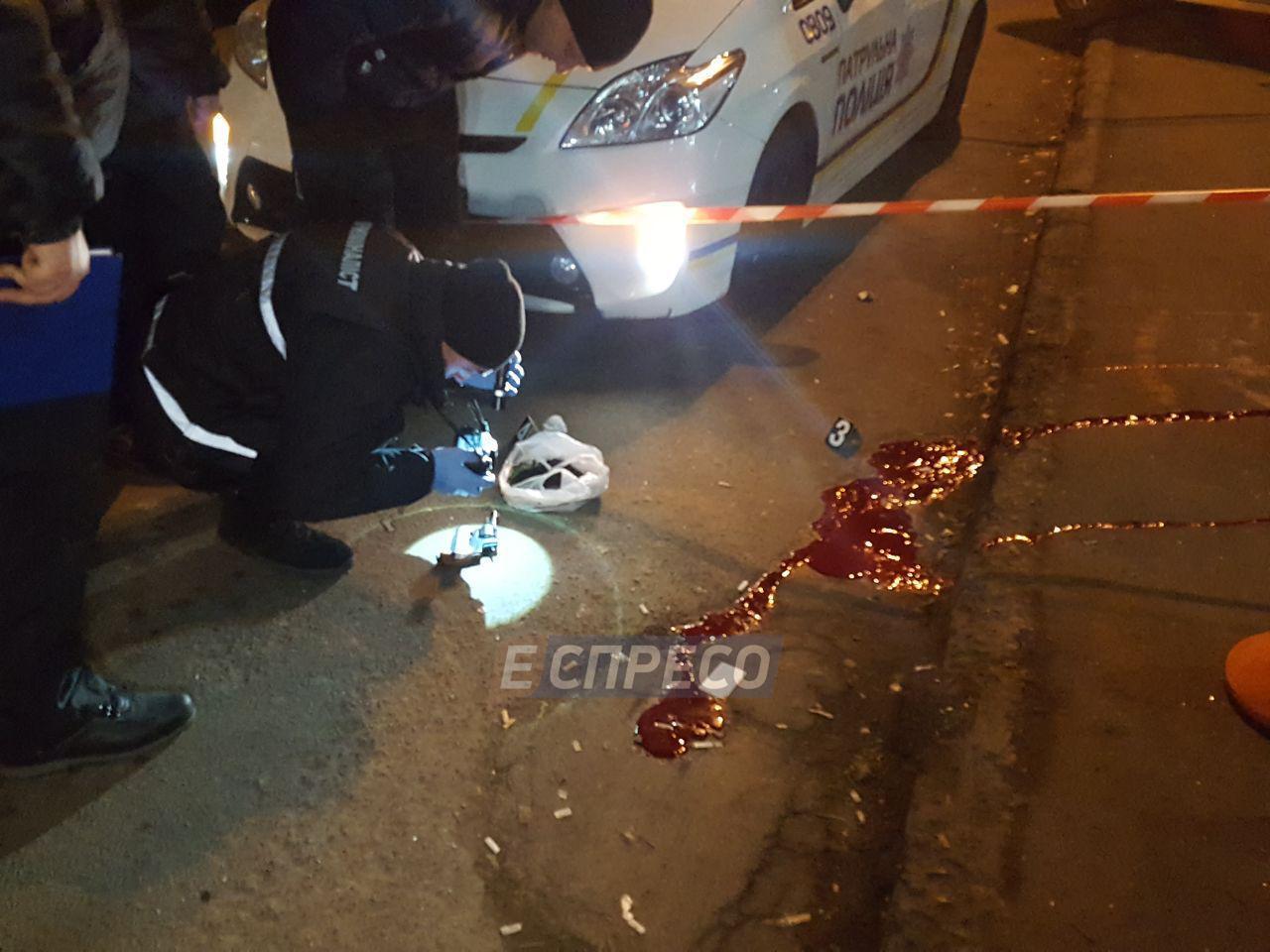 На остановке транспорта в Киеве застрелился неизвестный мужчина