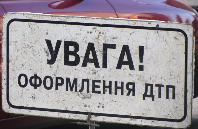 """В Киеве """"слепой"""" водитель """"убил"""" свое авто об розовый троллейбус"""
