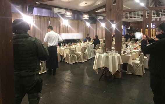 В столичном ресторане копы задержали 60 криминальных бандитов