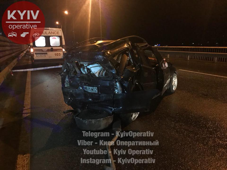 На Южном мосту бензовоз убил двух мужчин, толкавших неисправное авто
