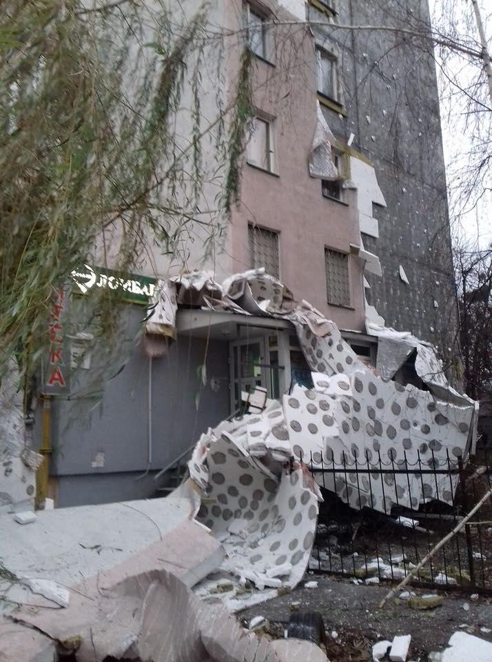 Со стены жилого дома в Святошинском районе оторвался утеплитель