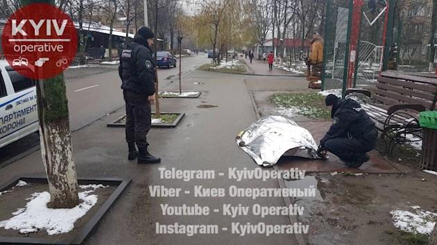 Под Киевом посреди улицы умер мужчина. Людям было безразлично