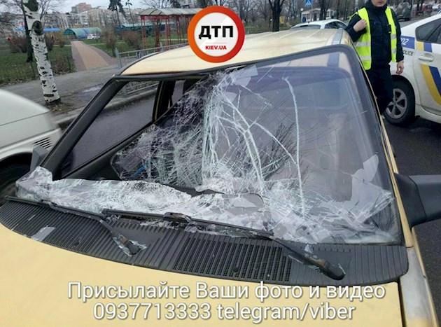 В Киеве пьяный мужчина спиной бросился под машину