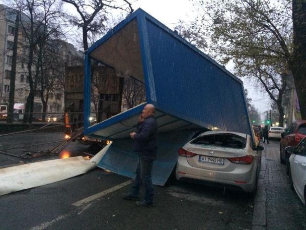 На Подоле грузовик раздавил припаркованные авто
