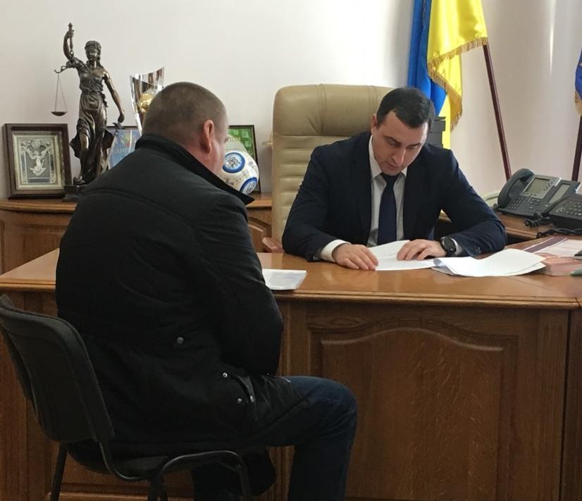"""Под Киевом депутат """"наставил"""" крестьянам синяков и ссадин"""