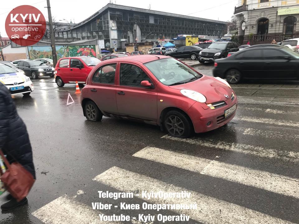 """Возле """"Житнего рынка"""" в Киеве автомобиль врезался в остановку с людьми"""