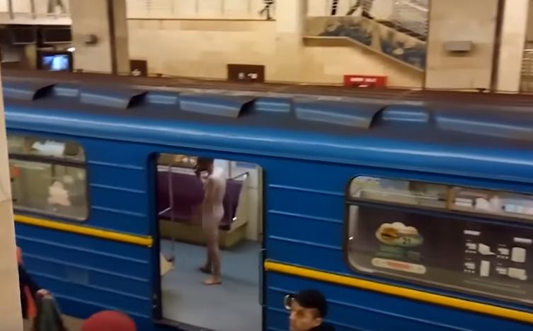 Курьез в метро Киева: голый мужчина пытался угнать поезд