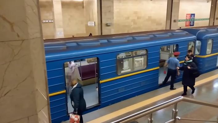 Голый мужчина в киевском метро оказался психопатом