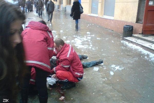 В Киеве сосулька травмировала женщину