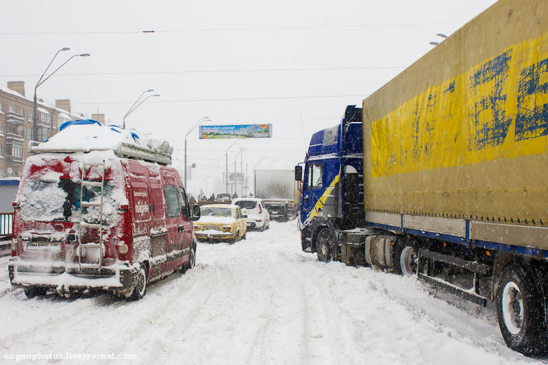 Из-за снегопада в Киев не будут пускать грузовики