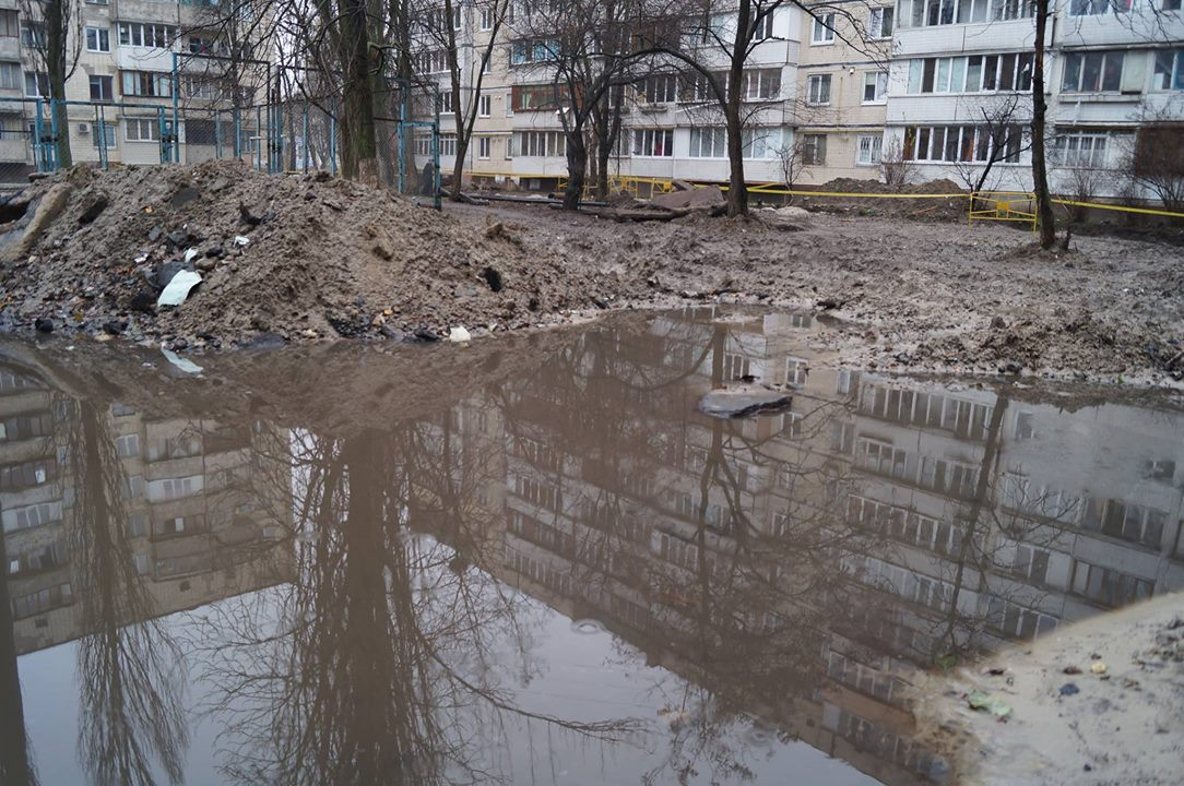 """В """"Киевэнерго"""" не спешат """"латать дыры"""" в столичных дворах"""