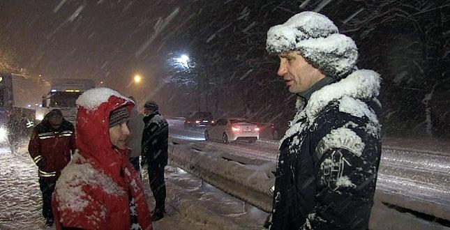 Кличко жестко отчитал водителя фуры во время снегопада