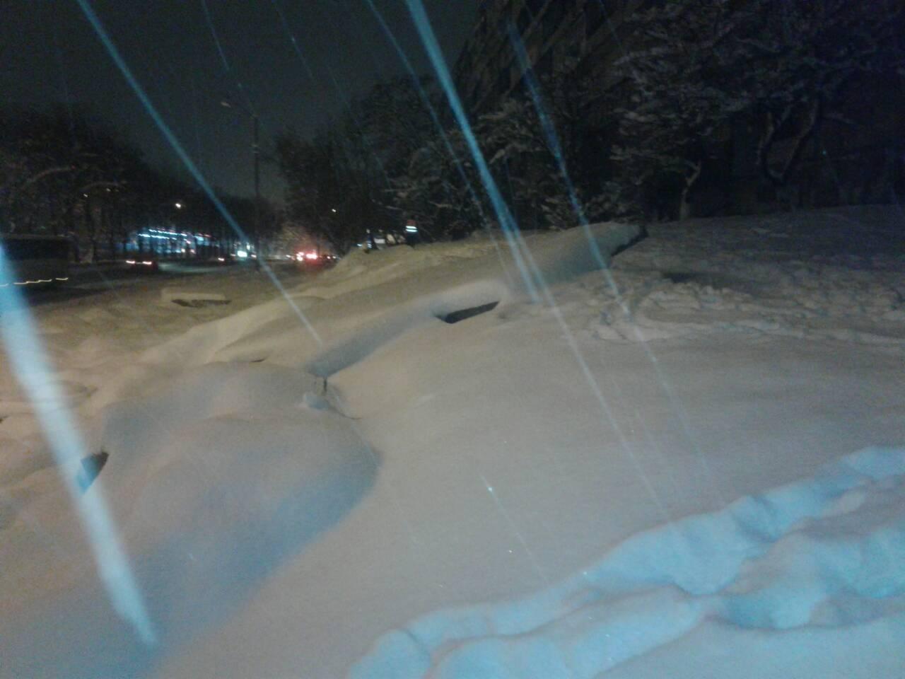 """Снегопад в Киеве """"похоронил"""" под собой рекламный щит"""