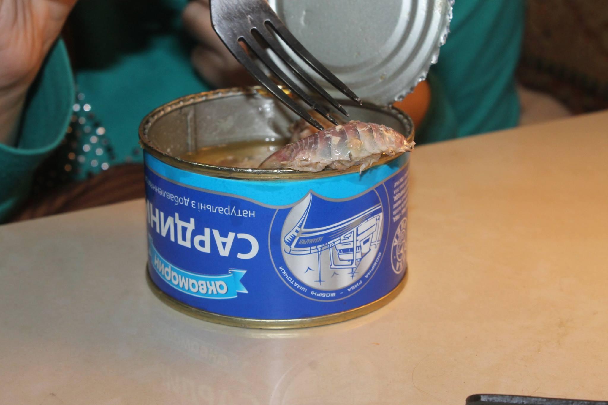 Киевлянин купил рыбную консерву с исполинским тараканом