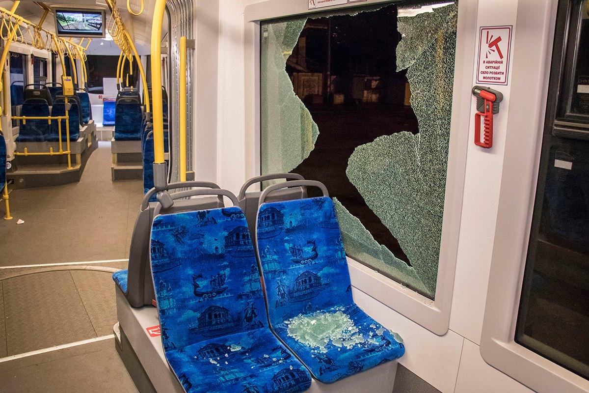 Подростки повредили новенький трамвай в Киеве
