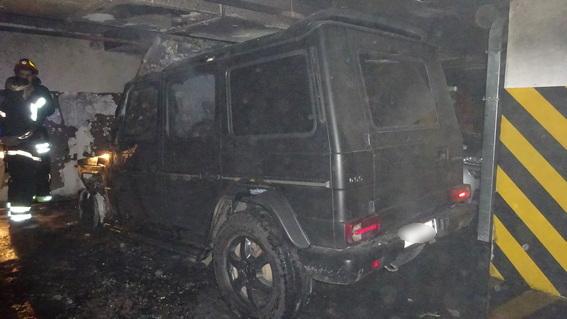 """В Киеве на парковке неизвестные сожгли """"Мерседес"""""""