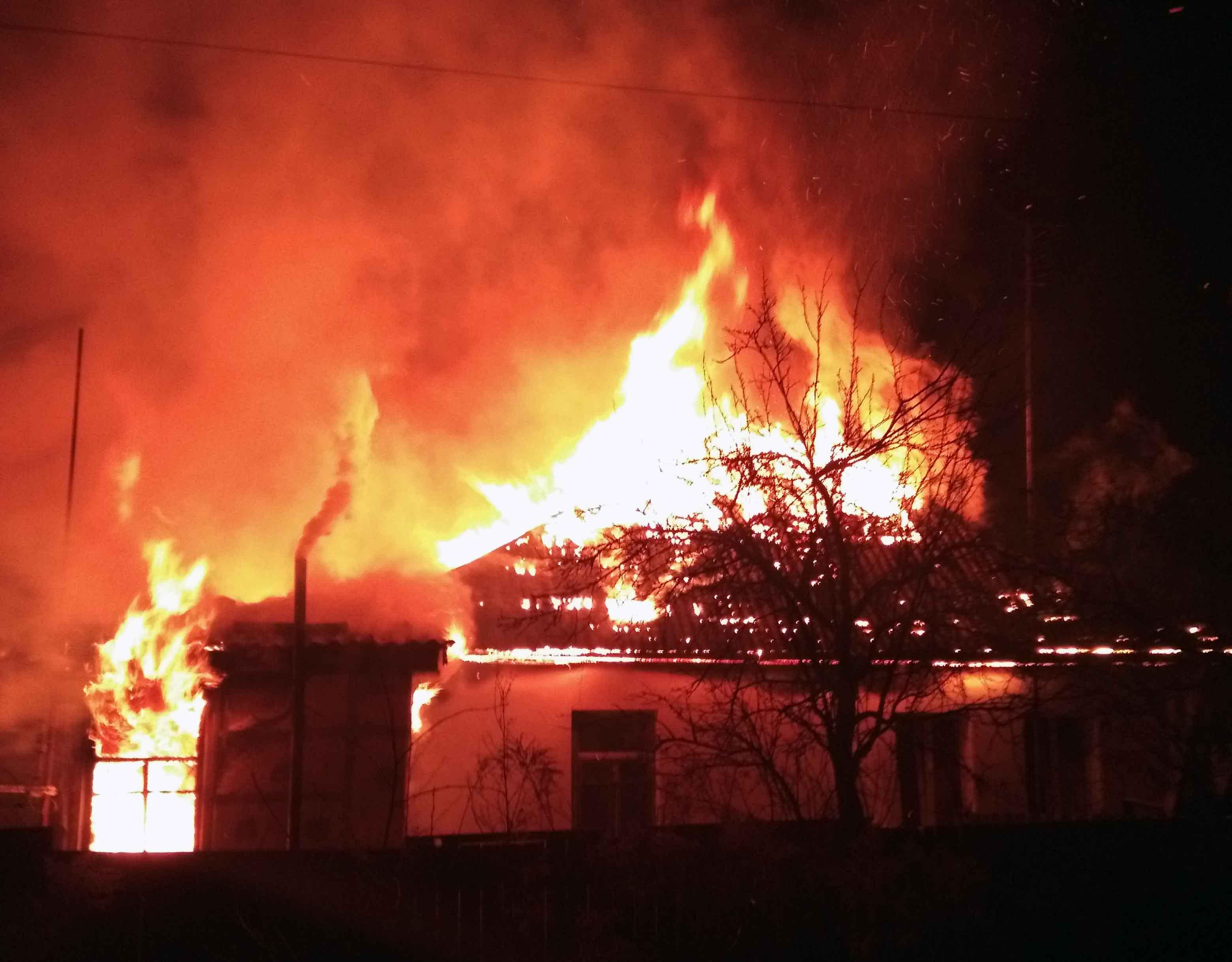 В огне под Киевом заживо сгорели дедушка с внуком