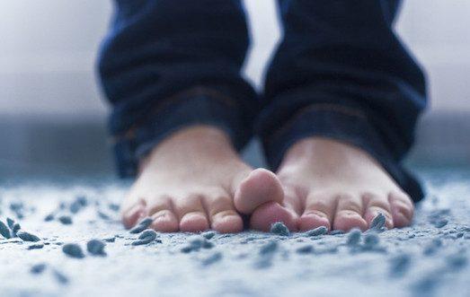 На Киевщине пенсионер жил в землянке с обмороженными ногами