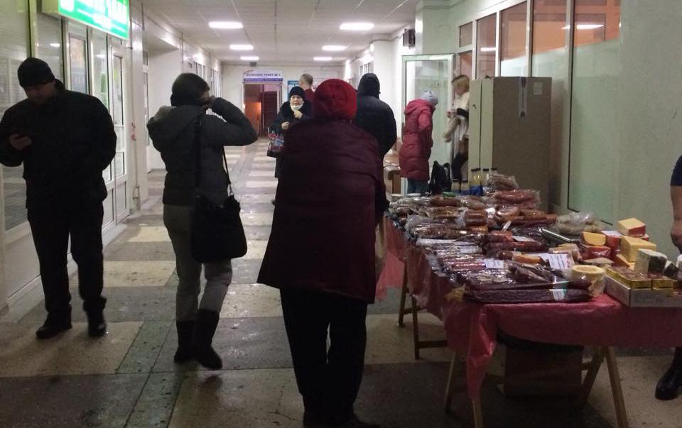 В киевских поликлиниках торгуют колбаской и сыром