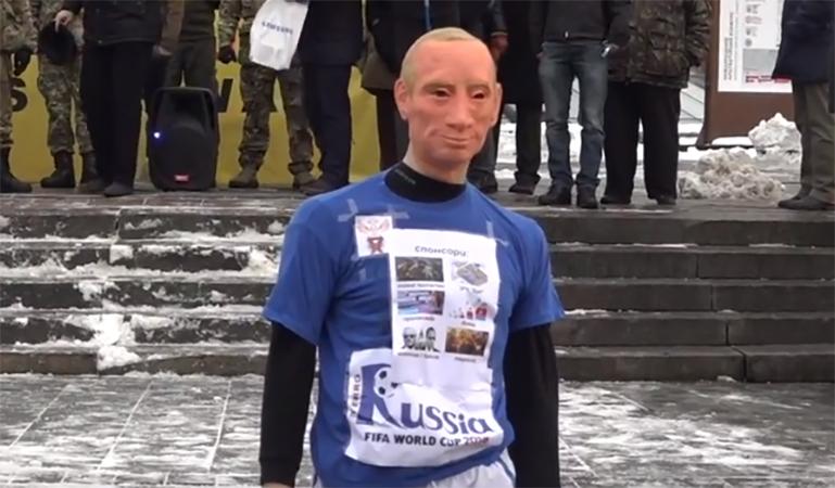 """В центре Киева """"отпинали"""" диктатора Путина"""
