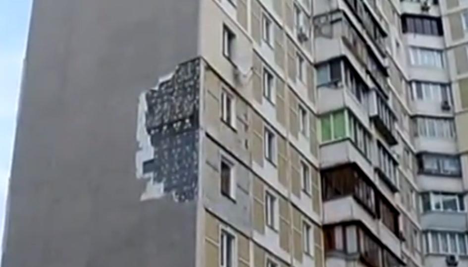 В Киеве с жилого дома ветром снесло утеплитель