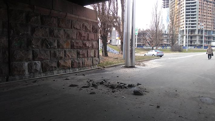 Под Воздухофлотским мостом опасно ходить. Камни падают на голову