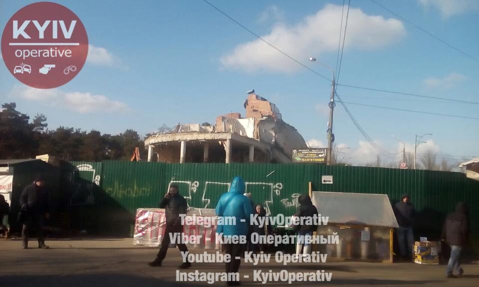 На Лесном рынке в Киеве варварским способом снесли торговые киоски