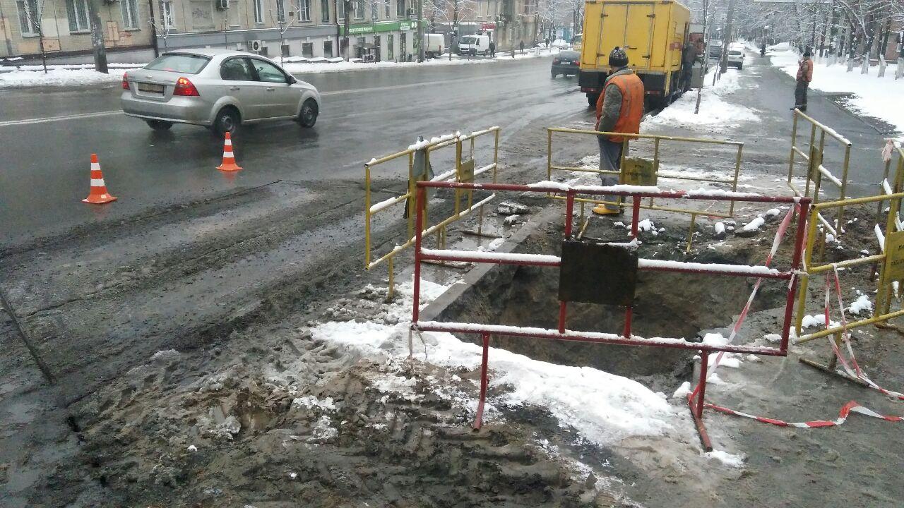"""В Киеве поломался новый асфальт. Дорожники обвинили """"Киевэнерго"""""""