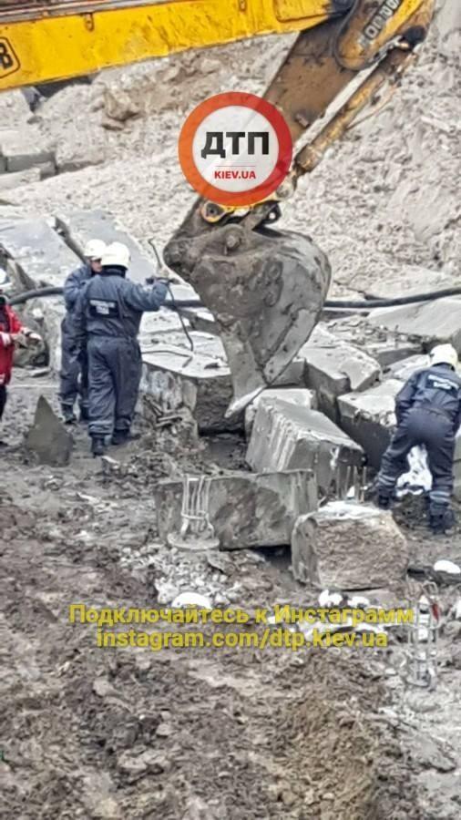 Ужас на стройке в Киеве: рабочего завалило бетонными блоками